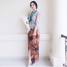 8 celebrities who are not afraid to wear the same clothes in public and we admire them - Best DIY and Crafts Ideas Model Dress Kebaya, Model Kebaya Muslim, Model Dress Batik, Batik Dress, Kebaya Bali Modern, Kebaya Modern Hijab, Kebaya Hijab, Kebaya Encim Modern, Contoh Model Kebaya Modern