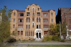 70 Highland street is Moorish-style apartment building in Highland Park. Old Buildings, Abandoned Buildings, Abandoned Places, Detroit Michigan, Metro Detroit, Abandoned Detroit, Orange Brick, Detroit History, Blog Voyage