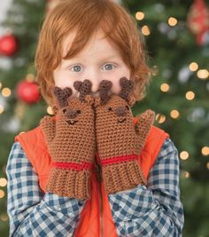 How adorable are these reindeer mittens?! Cute and cuddly on big hands or little! Get the FREE pattern here!