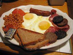 Sosis, pastırma, yumurta, ızgara domates, mantar, ekmek, siyah puding ve pişmiş fasulye