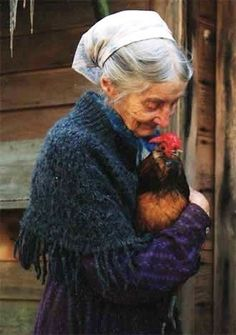 A touching portrait - Tasha Tudor. Me and my chickens when I get older. Tudor, Sweet Pictures, Foto Art, Farm Life, Belle Photo, Country Life, Farm Animals, Beautiful People, Portraits