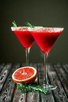 This cocktail is amazing! The Raspberry Grapefruit & Rosemary Martini with Ginger! An elegant cocktail with a beautiful dark ruby red color, citrusy and sweet, with the just slightly noticeable fragrance and taste of rosemary. Craft Cocktails, Party Drinks, Cocktail Drinks, Fun Drinks, Yummy Drinks, Alcoholic Drinks, Beverages, Red Cocktails, Colorful Cocktails