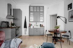 Azt gondolod, a szürke unalmas? Nézd meg ezt a vidám, svéd lakást! | DELUXE