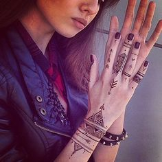 Tribal Henna Designs, Mehndi Designs For Girls, Mehndi Designs For Beginners, Mehndi Designs For Fingers, Henna Designs Easy, Beautiful Henna Designs, Henna Tattoo Designs, Simple Henna Tattoo, Henna Ink
