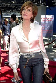 US actress Rene Russo arrives at the premiere of her new film 'The Adventures… Rene Russo, Red Hair Looks, Star Fashion, Fashion Outfits, Medium Hair Styles For Women, Us Actress, Beautiful Old Woman, Cashmere Poncho, Universal Studios