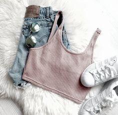 Cropped rosa + short cintura alta + tênis branco