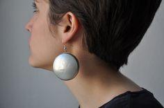 Heute haben wir aus den Unterseiten von Bierdosen Ohrringe gemacht. Der Mittelteil der Dose ist recht gut wiederverwertbar, Unter- und Oberteil jedoch bestehen aus einer schwer recyclebaren Metalllegierung und sind daher perfekt für ein neues Upcyclingprojekt geeignet.