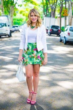 Saia e blazer, já virou meu look coringa né? Essa saia é MARAVILHOSA, a estampa é linda, as cores super vibrantes e o corte dela é bem diferente e...