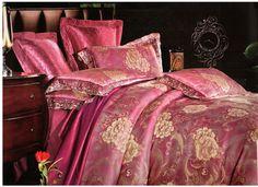 Спално бельо във винен цвят. Бельо за спалня от 4 части в ренесансов стил и комбинация от две материи. Плика е в винен цвят с ефектна широка, минаваща на средата, сатенирана лента с цветя в хамелеонов цвят и над нея има бродирани цветя, които придават допълнителна красота на десена. Долният чаршаф е обточен със същата сатенирана лента, а калъфките са комбинация от двете материи. Бъдете стилни и различни