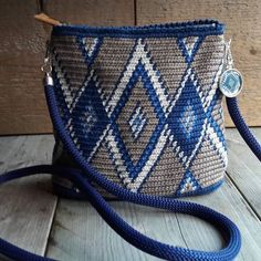 This Pin was discovered by Bar Tapestry Crochet Patterns, Crochet Motif, Diy Crochet, Mochila Crochet, Tapestry Bag, Purse Patterns, Crochet Purses, Knitted Bags, Crochet Accessories
