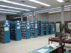 Las estanterías con los recursos audiovisuales.