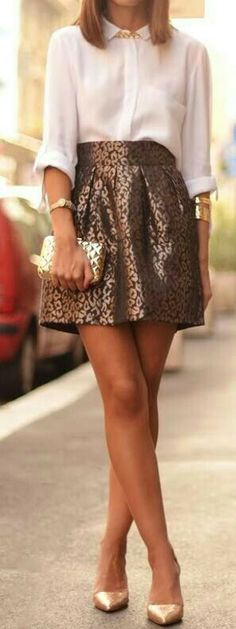 Falda color bronce y blusa blanca,  zapatos dorados y accesorios también