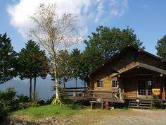 高知県大豊町にある梶ヶ森の標高800メートルの場所にある農家民宿&カフェ「レーベン(LEBEN)」は、四国連峰の雄大な自然をパノラマで満喫できる絶景が楽しめます