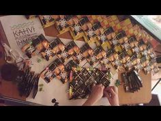 2. Sik-sak -kassin opetustuokio: punotaan kahvipusseista kassin reunakerrokset. - YouTube Candy Wrappers, Recycling, Weaving, Photo Wall, Pouch, Paper Crafts, Frame, Diy, Youtube