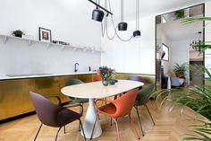 Un apartamento modernista renovado en el centro de Bucarest por Bogdan Ciocodeică Studio Colorful Interior Design, Apartment Interior Design, Colorful Interiors, Interior Walls, Kitchen Layout Plans, Small Home Offices, Old Apartments, London House, Mirrored Furniture