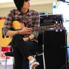 He is one of Korean rock band guckkasten. guckkasten which was known in Hong Dae won popularity in the Korean singer contest 'I Am A Singer. Season 2'. His playing is psychedelic. My favorite song is 'Mandrake'.