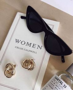 Trendy sunglasses and earrings Classy Aesthetic, White Aesthetic, Glamouröse Outfits, Summer Outfits, How To Have Style, Lunette Style, Jewelry Accessories, Fashion Accessories, Sunglasses Accessories