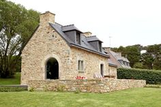 """Aux Galets Blancs, à la pointe du Finistère, le """"penty"""" de Christiane est un petit bijou contemporain lové dans une parure bretonne traditionnelle."""