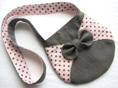 Cute bow purse for girls Jean Purses, Purses And Bags, Bag Patterns To Sew, Simple Bags, Denim Bag, Fabric Bags, Girls Bags, Cotton Bag, Cloth Bags