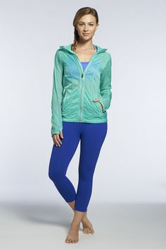 Love the colors in this workout gear. Teal and blue are perfectly on trend. The jacket is awesome for a late night run. #fit&fab #cuteworkoutgear