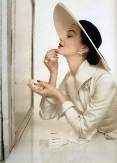Black and white and a touch-up of red. Ph. John Rawlings for Vogue 1950
