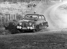 saab-1964 O conceito tinha motor dianteiro de dois tempos montado em posição transversal, tração dianteira e carroceria aerodinâmica, com coeficiente de arrasto baixíssimo. Estas características todas foram aproveitadas no modelo de produção, que foi lançado em 1949 e batizado como Saab 92 pois era o 92º projeto criado pela companhia. O motor bicilíndrico de dois tempos do Saab 92, inspirado pelos DKW, não era exatamente um poço de potência: deslocando apenas 794 cm³, era capaz de entregar…