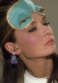 "Remember the fancy sleep mask worn by Audrey Hepburn as Holly Golightly in the movie ""Breakfast at Tiffany's? Givenchy, Brooke Shields, Breakfast At Tiffany's, Tiffany Breakfast, Pyjamas Party, Pajamas, Audrey Hepburn Breakfast At Tiffanys, Anne Laure, Diy Masque"