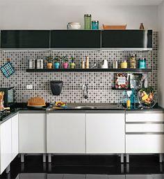 Cozinha elegante de 6 m² em preto e branco - Casa.com.br