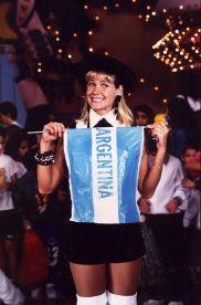 Xuxa segurando bandeira Argentina, no El Show de Xuxa