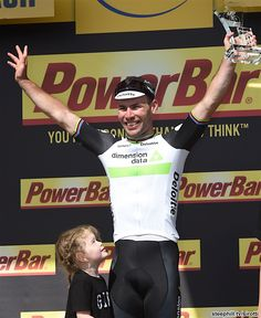 2016 2/7 rit 1 Sainte-Marie-du-Mont/Utah Beach > Stage 1 winner Mark Cavendish and his daughter who has a father to look up to