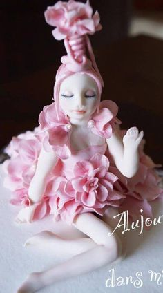 Poupée rose gumpaste Cake by CécileBeaud Fondant Cake Toppers, Fondant Figures, Cupcake Toppers, Beads Of Courage, Cake Land, Ballerina Cakes, Porcelain Jewelry, Novelty Cakes, Jewelry Dish