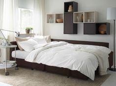 Moderne stue med brun FRIHETEN sovesofa, VALJE veggskap i brunt og hvitt samt et hvitt STRIND bord alt fra IKEA