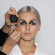 Step 12:  Augenkontur II  Mit einem kleinen Einblendpinsel (Nr. 37) die Augenkontur nochmals in Schwarz nacharbeiten, dabei die Farbe auch am inneren Augenwinkel verstärken, um die Dramatik des Looks hervorzuheben.