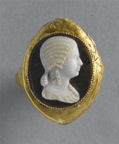 Bague ornée d'un camée : buste de femme  Ier siècle ap. J.-C. Or, plomb, sardonyx. (Bj 1292). -Paris, Musée du Louvre-