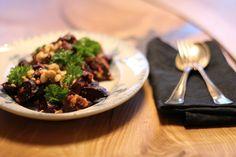 Bagt rødbedesalat med nøddedressing | Signes Mad