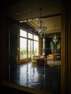 A very French flavor to this Art Deco apartment in Paris for an original decoration 1948 Antique Interior, French Interior, Classic Interior, Dark Interiors, Beautiful Interiors, Tour Eiffel, Modern Art Deco, Decoration Originale, Architect Design