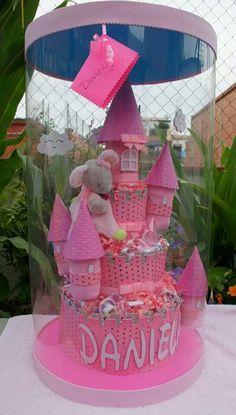 Tarta de pañales, para una princesa no puede faltar su castillo!! Diaper cake www.facebook.com/unomasunotresregalos