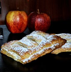 Ciastkarnia na kruchym spodzie: szarlotkowe drożdżówki z ciasta francuskiego