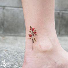 5월의 탄생화 산사나무. 봄날의 햇살처럼 따스한 마음을 가진 그녀, 빠알간 열매처럼 열정으로 가득한 그녀와 꼭 닮은 산사나무:-) Hawthorn tree, the birth flower of May. It seems like her who has good heart just like sunshine in spring:) #탄생화 #탄생화타투 #꽃타투 #산사나무 #아로새기다타투 #타투이스트실로 #아낙림 #타투#수채화타투 #hawthorntree #birthflower #birthflowertattoo #flowertattoo #tattoo #watercolortattoo #inked