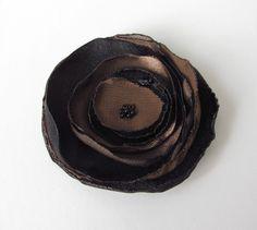 Anstecker Brosche Satin-Blüte in schwarz-braun von soschoen auf DaWanda.com