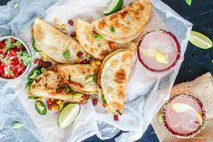 Jest kilka składników, bez których kuchnia meksykańska nie potrafi się obejść. Niewątpliwie są nimi tortilla, kiełbasa chorizo, jalapeno. Oc Mexican Food Recipes, Ethnic Recipes, Calzone, Quesadillas, Chorizo, Fresh Rolls, Camembert Cheese, Food Porn, Pudding