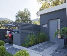 Un chemin de pierres/cailloux pour l'entrée avec peut-être de chaque côté un terrassement total pierres bleues pour les voitures (photo avec Garage ou carport en métal)