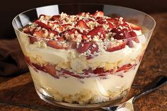 Twisted Strawberry Shortcake – Our summer shortcake recipe looks a lot like a trifle dessert—layered with fresh berries, JELL-O Vanilla Flavor Instant Pudding, citrusy angel food cake, and BAKER'S White Chocolate. The second you set this dish down on the Kraft Recipes, Kraft Foods, Chef Recipes, Family Recipes, Just Desserts, Dessert Recipes, Desserts Diy, Biscuits Graham, Strawberry Shortcake Recipes