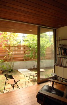 Matching ceiling and floor for low, intimate spaces. Interior Garden, Interior And Exterior, Interior Design, Modern Japanese Interior, Indoor Courtyard, Glass House Design, Pergola, Home And Deco, Mid Century House
