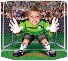 Muro de cartón portero: Muro de cartón con un orificio a la altura de la cabeza que permite posar como portero listo para tapar un penalti.¡Divertido e ideal para una fiesta de niños de fútboll!