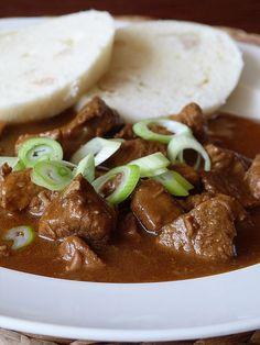 Kouzlo mého domova: Vepřový guláš... Pork Recipes, New Recipes, Snack Recipes, Cooking Recipes, Snacks, Czech Recipes, Ethnic Recipes, Food 52, Good Food