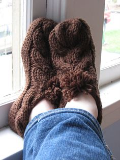 Cabled Slippers #FreePattern http://www.ravelry.com/patterns/library/side-cable-slippers