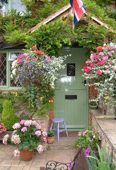17 Ideas Front Door Plants Colour For 2019 Cottage Door, Cottage Exterior, Garden Cottage, Cottage Homes, Cottage Style, Home And Garden, Front Door Plants, Green Front Doors, Front Door Colors