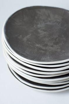 9 Anthrazit und weiß Steingut Teller Keramik von VitreousWares
