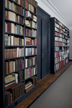 Gorgeous bookshelves painted in Farrow & Ball 'Railings' No. Farrow Ball, Farrow And Ball Paint, Black Bookcase, Black Shelves, Bookcase Wall, Library Wall, Library Design, Hallway Designs, Hallway Ideas